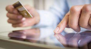 Carte bancaire et tablette numérique