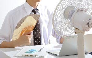 Homme avec un ventilateur et un éventail