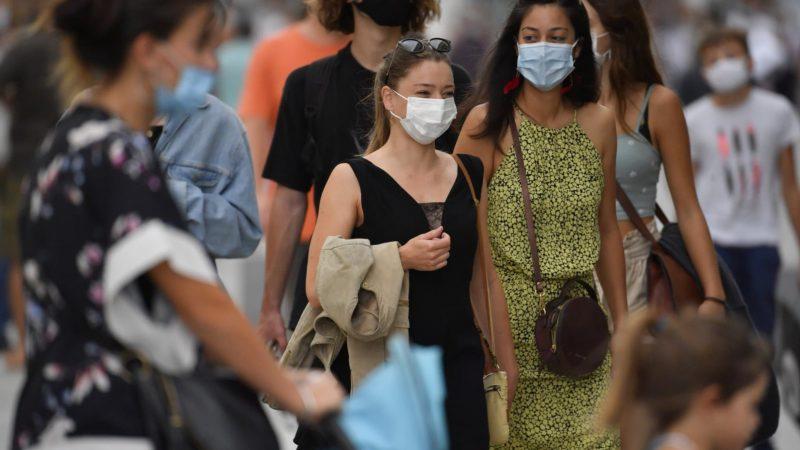 Deux femmes portant un masque dans la foule