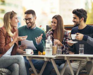 Des amis qui rigolent autour d'une table