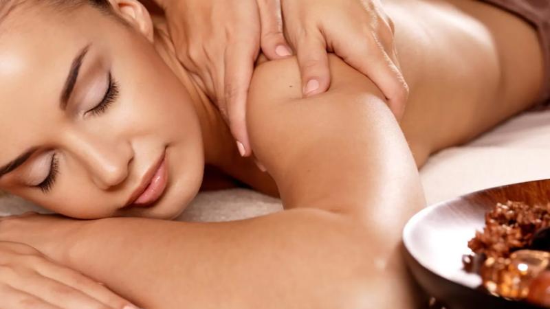 massage body body femme yeux fermés allongée